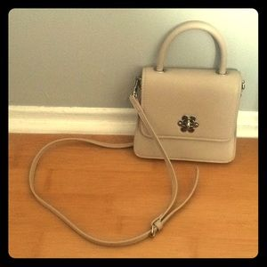 Beige faux leather crossbody bag with flower clasp